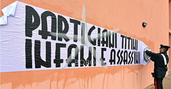 Italija, Boljunec, 10.02.2020, 10. februar 2020 Transparent  CasaPound proti partizanom na Opčinah in v Boljuncu. Titovi partizani zloglasni in morilci, sovražnost, fašižem , politika Foto:BOBO
