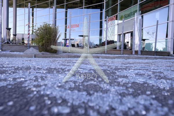 Slovenija, Kranj , 06.01.2020, 06. Februar 2020 Popravljanje škode na stavbi trgovskega centra Tuš, ki ga je povzročil orkanski veter. narava, škoda, posel Foto: Borut  Živulovič/BOBO