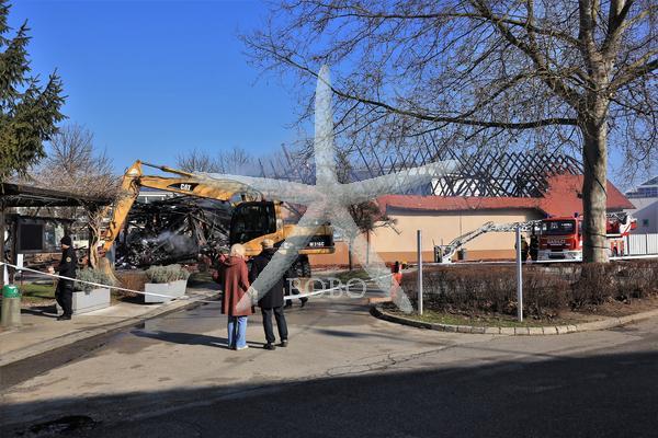 Slovenija, Čatež ob Savi, 08.02.2020, 08. februar 2020 Gasilci na prizorišču včerajšnjega požara v termah Čatež. Dogodek, gospodarstvo, turizem, gasilska vozila, pogorišče Foto: Bobo