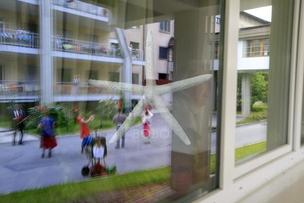 Slovenija, Ljubljana, 18.05.2020, 18.maj 2020 Člani Društva Rdečih noskov, klovnov doktorjev so z obiskom razveselili starostnike v domu starejših na Bokalceh. koronavirus , Covid 19,  Foto:Borut Živulovič/BOBO