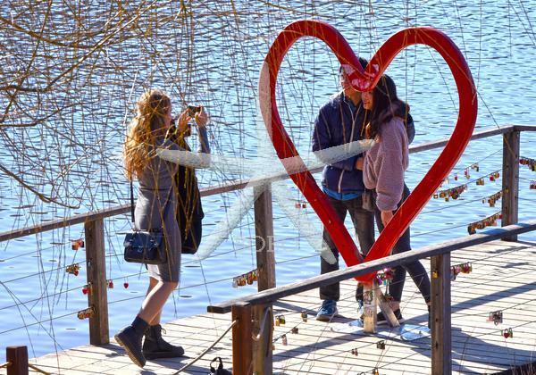 Slovenija, Bled, 14.02.2020, 14. februar 2020  Valentinovo srce ob blejskem jezeru. Praznik zaljubljenih, ljudje, fotografiranje   Foto: Žiga Živulović jr./BOBO