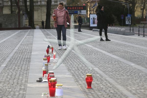 Slovenija, Ljubljana, 23.03.2020, 23. marec 2020  Protest pred parlamentom. Ljudje, nestrinjanje, transparenti, prižiganje sveč, Nova vlada, ukrepi, nestrinjanje,   Foto:Borut Živulovič/BOBO