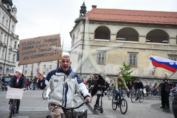 Slovenija, Maribor 15.05.2020, 15. maj 2020 Ljudje na kolesih protestirajo proti vladi in Janezu Janši.  Politika, družba, ljudje, dogodek, protest, iz balkonov na kolesa. Foto: Miloš Vujinović/BOBO