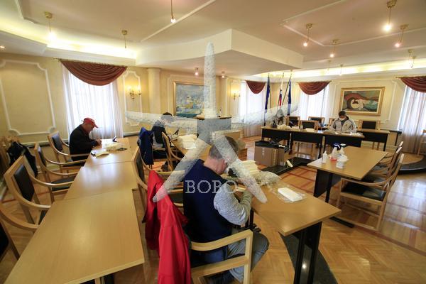 Slovenija, Mengeš, 27.03.2020, 27. marec 2020 Prostovoljci šivajo zaščitne maske za občane. Maske bodo odnesli na domove jutri. koronavirus, COVID 19  Foto: Borut Živulovič/Bobo