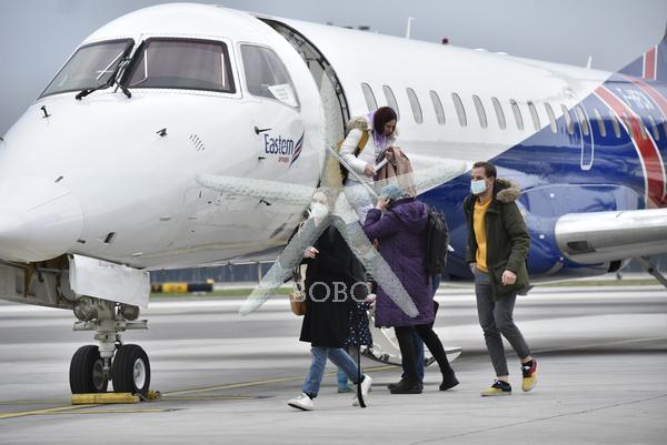Slovenija, Brnik, 21.03.2020, 21. marec 2020  Slovenski potniki iz Londona so prispeli s posebnim letalom. koronavirus, Covid 19 Prazno letališče Brnik. Zaprt zračni prostor, letala, servis, Letališče Jožeta Pučnika,  Foto: Žiga  Živulović jr./BOBO