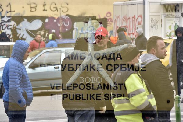 Slovenija, Ljubljana, 24.03.2020, 24. marec 2020  Državljani Srbije stojijo pred veleposlaništvom  in čakajo na papirje , da se lahko vrnejo domov. koronavirus, Covid 19  Foto: Žiga  Živulović jr./BOBO