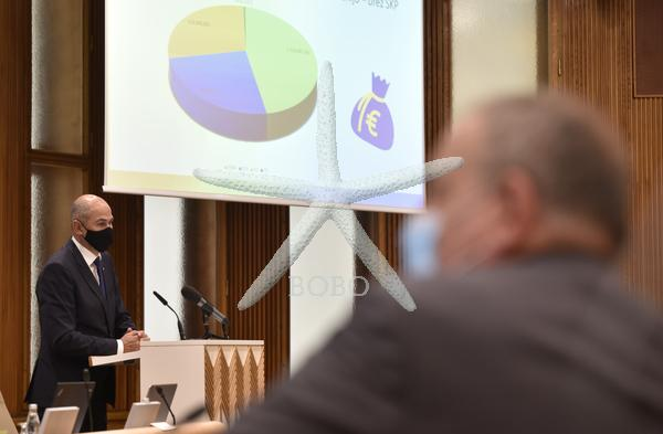 Slovenija, Ljubljana, 16.09.2020, 16. september 2020  Janez Janša govori na seji DS, na kateri med drugim obravnavajo predlog mnenja k predlogu rebalansa proračuna RS za letos ter predlog mnenja k noveli zakona o izvrševanju proračunov RS za leti 2020 in 2021. Predstavitev stališča vlade o večletnem finančnem okviru EU 2021-2027 in svežnju za okrevanje. Politika Foto:  Žiga Živulovič jr./BOBO