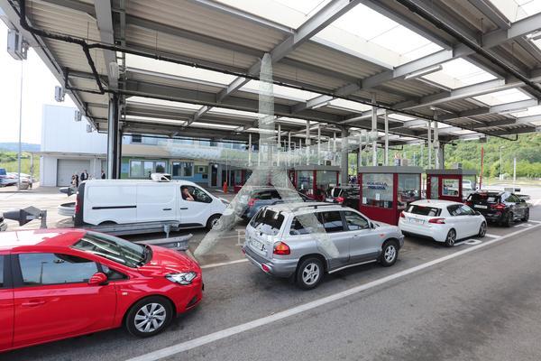 Slovenija, Dragonja, 23.05.2020, 23.maj 2020 Mejni policisti preverjajo dokumente na meji. potniki, turisti, Hrvaška, Covid 19, Foto: BOBO